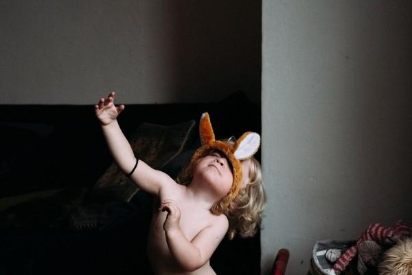 La hija del fotógrafo mientras juega en el hogar de la familia Topple.