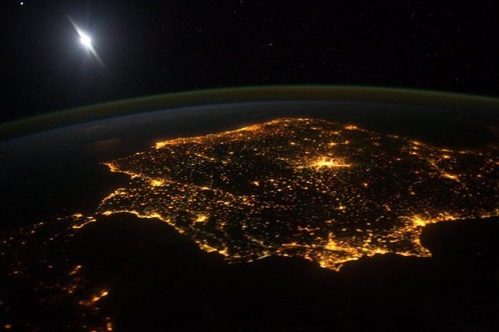 Imagen tomada por la ISS en 2014, donde se aprecia claramente la contaminación lumínica http://www.esa.int/spaceinimages/Images/2014/03/Iberia