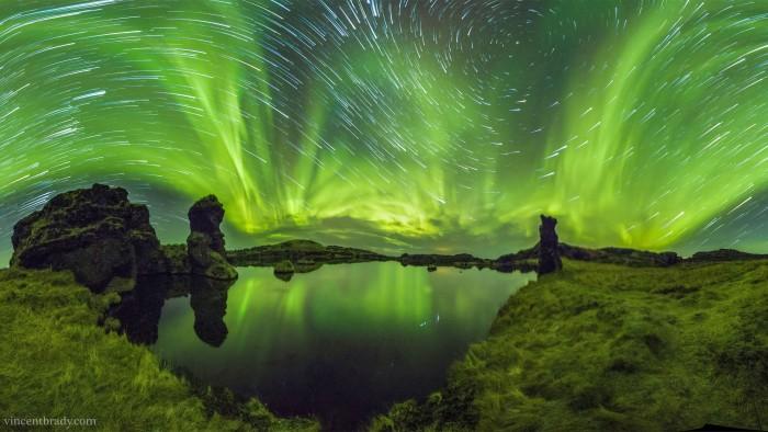 AurorasyrastrosdeestrellassobreIslandia-LakeMyvatn_Brady_3840.jpg